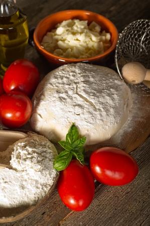dough: masa y los ingredientes para la pizza hecha en casa Foto de archivo