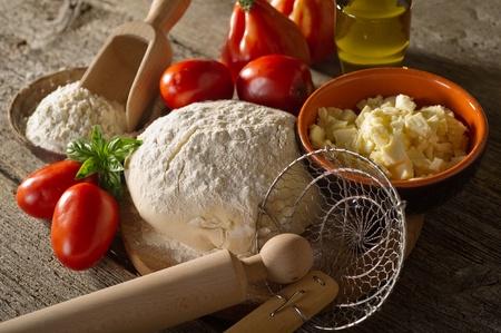 masa: masa e ingredientes para pizza casera Foto de archivo