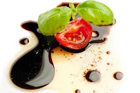 pansement: l'huile d'olive balsmaic tomate vinaigre et basilic