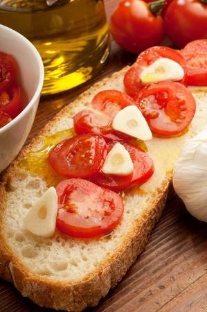 italienisches essen: Tomaten über Bruschetta