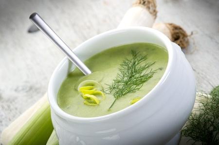 그릇에 부추 soupe