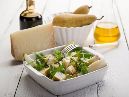 pera: Ensalada de queso y peras con baslamic vinagre y aceite de oliva Foto de archivo