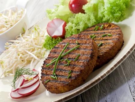 soja: Hamburguesa vegetariana con soja brotes de rábano y ensalada