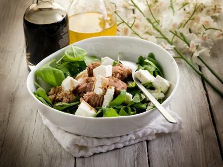 atun: ensalada mixta con atún espinacas frescas y queso feta Foto de archivo