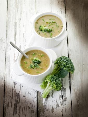 �broccoli: sopa de br�coli en el cuenco de madera de m�s de backgroun
