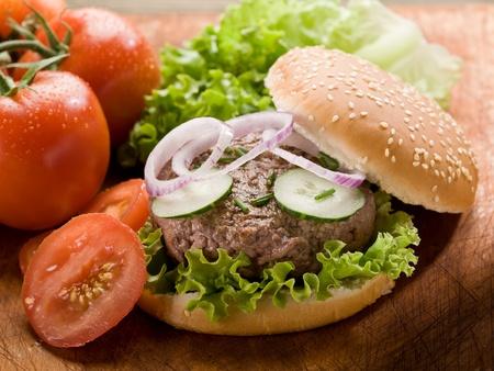 buns: sándwich de hamburguesa con verduras y cortar en rodajas