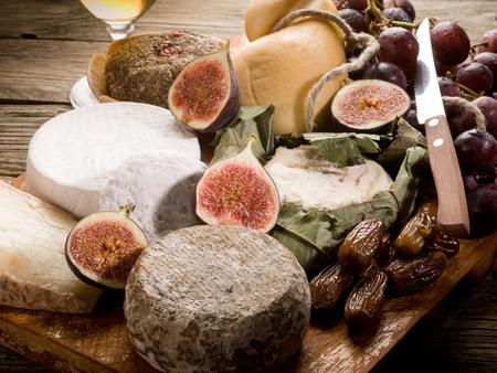 tabla de quesos: cheeseboard con un surtido de quesos y frutas