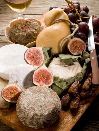 feuille de figuier: Plateau de fromages avec un assortiment de fromages et de fruits