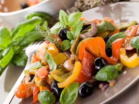 peperonata con basilico e olive nere