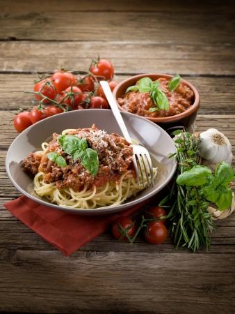 spaghetti: spaghetti bolognese met ragout saus en parmezaanse kaas Stockfoto