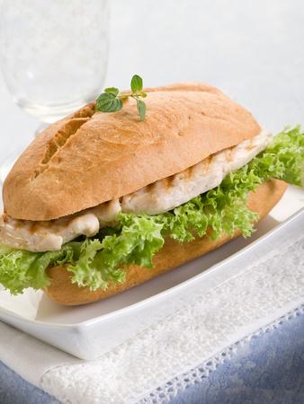 sandwich de pollo: bocadillo saludable con el pecho de pollo a la plancha y lechuga