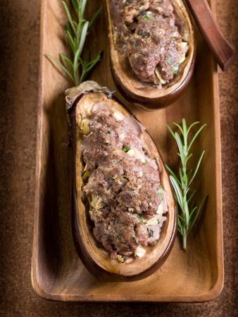 berenjena: berenjenas rellenas en un plato de madera