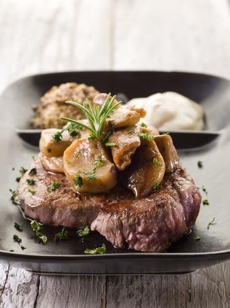 funghi: funghi porcini oltre filetto alla griglia e salsa alla senape