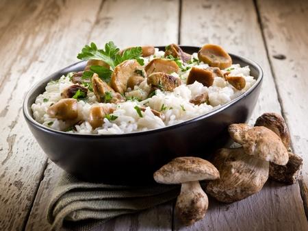 hongo: risotto con setas comestibles Foto de archivo
