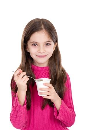 meisje eten: schattig klein meisje eet yoghurt Stockfoto