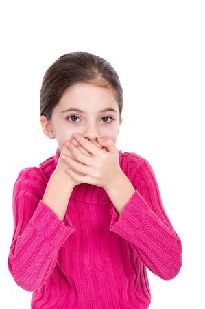 boca cerrada: Niña pequeña que cubre la boca