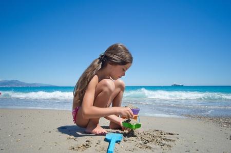 jolie petite fille: petite fille sur la plage Banque d'images