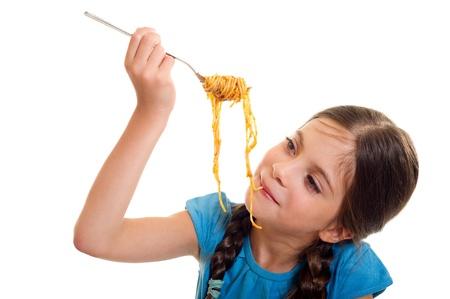 meisje eten: schattig klein meisje eet spaghetti Stockfoto