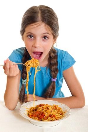 Cute bambina mangiare gli spaghetti Archivio Fotografico - 11735724