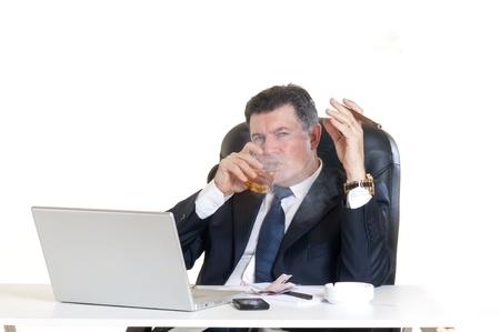 hombre fumando puro: gerente en el lugar de trabajo con el cigarro