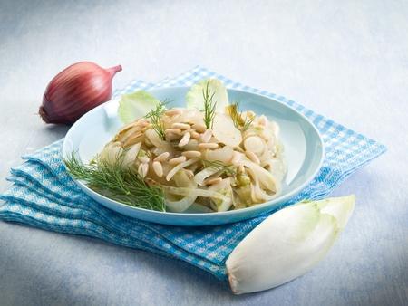 endivia: Ensalada de endivias salteadas cebolla y piñones