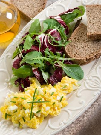huevos revueltos: huevos revueltos con ensalada mixta y pan integral