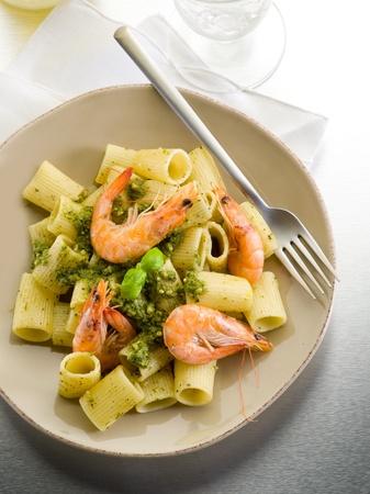 gamba: pasta con camarones y salsa de pesto