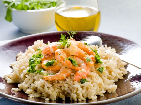 gamba: arroz con camarones y pesto de rúcula Foto de archivo