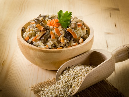 plato del buen comer: cebada, el arroz caldoso de setas y la zanahoria Foto de archivo