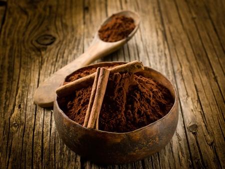 Kakaopulver mit Zimt auf Holz Schüssel Lizenzfreie Bilder