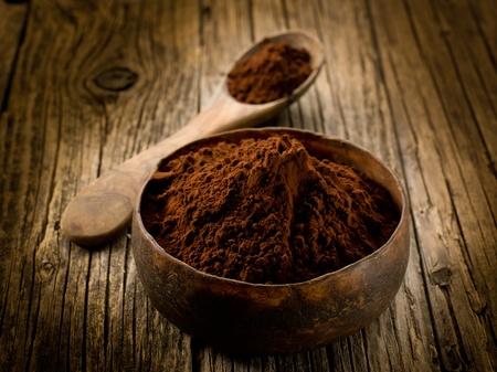 cacao: cacao en polvo en madera taz�n Foto de archivo