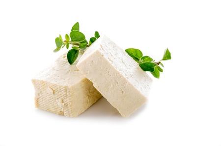 Tofu Käse auf weißem Hintergrund