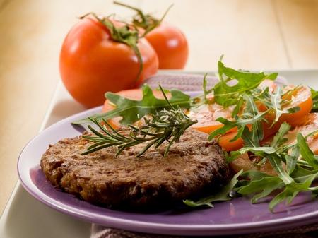 viandes et substituts: steak de soja avec de la salade de roquette et de tomates
