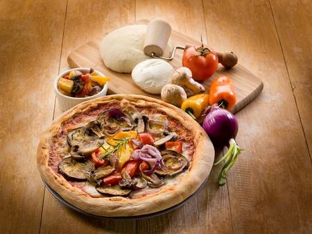 Vegetarische Pizza mit Zutaten Standard-Bild - 13273722