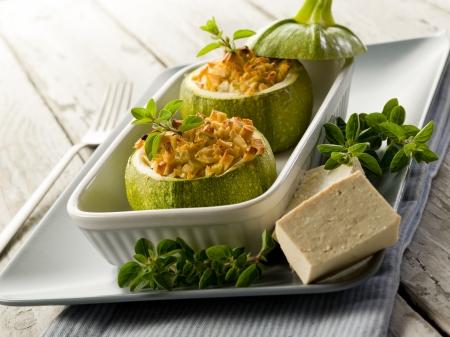 viandes et substituts: Courgettes farcies au fromage de tofu, v�g�tarien Banque d'images