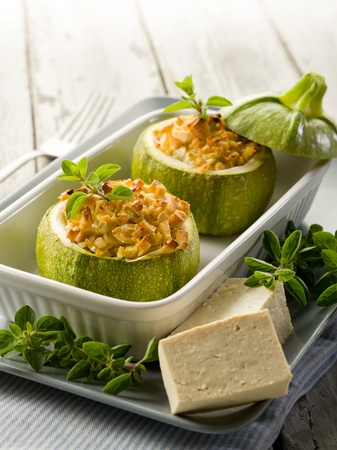 médula: Calabacines rellenos de queso tofu, comida vegetariana