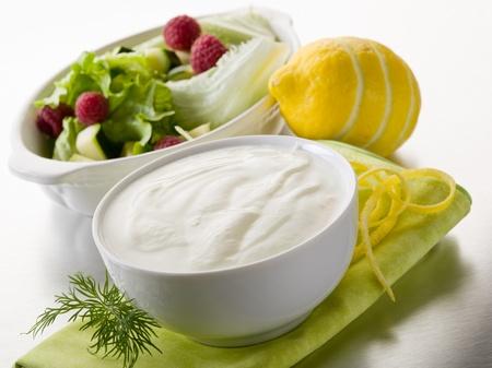 Weiß Joghurtdressing für Salat, gesunde Lebensmittel Standard-Bild - 13452169
