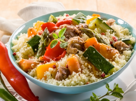 Cous Cous mit Fleisch und Gemüse Standard-Bild - 13559304