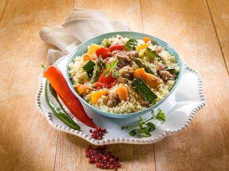 Cous Cous mit Fleisch und Gemüse Standard-Bild - 13559444