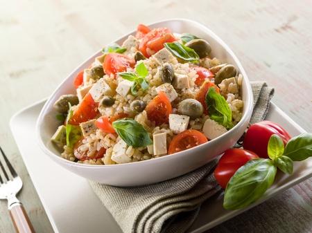 vegetarische rijst salade met tofu en bruine rijst