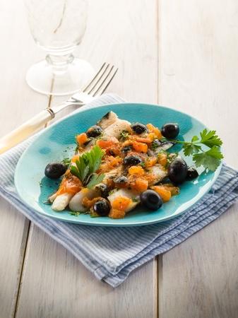 Kabeljaufilet mit schwarzen Oliven und frischen Tomaten Standard-Bild - 13559388