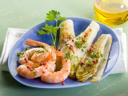 endivia: aperitivo con gambas a la plancha y ensalada de escarola