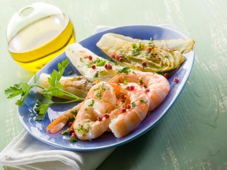 andijvie: voorgerecht met garnalen en gegrilde witlof salade