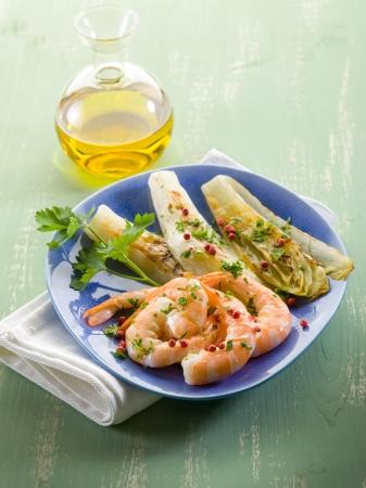 escarola: aperitivo con gambas a la plancha y ensalada de escarola