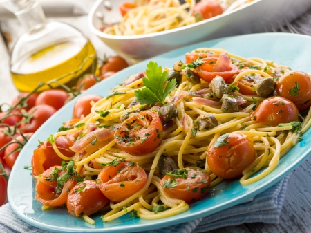 alcaparras: espaguetis con tomates pachino guitarra y alcaparras Foto de archivo
