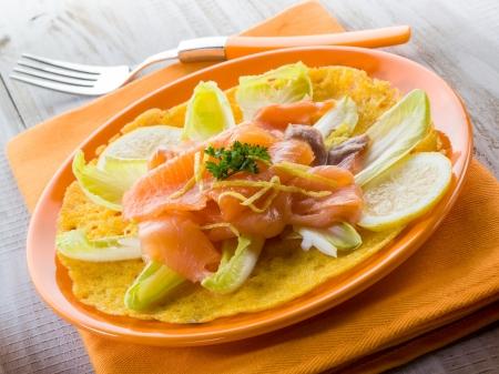 endivia: maíz, tortilla con ensalada de escarola y salmón ahumado