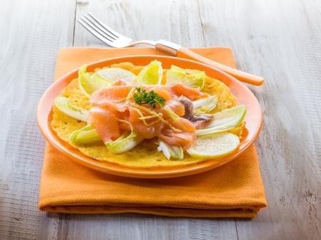 escarola: ma�z tortilla con ensalada de escarola y salm�n ahumado Foto de archivo