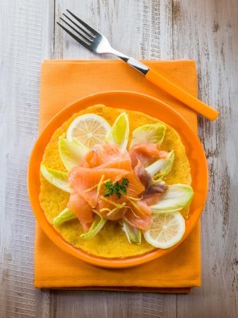 escarola: ma�z, tortilla con ensalada de escarola y salm�n ahumado