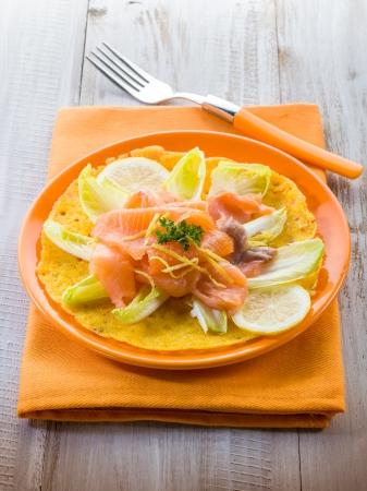 endivia: ma�z, tortilla con ensalada de escarola y salm�n ahumado