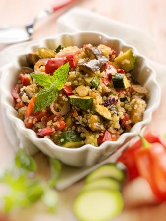 セレクティブ フォーカス野菜とキノアのサラダ 写真素材